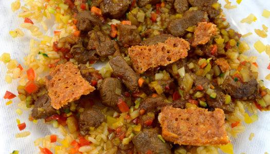 Gulasch di montone con croccante di riso alla paprika e Grana Padano